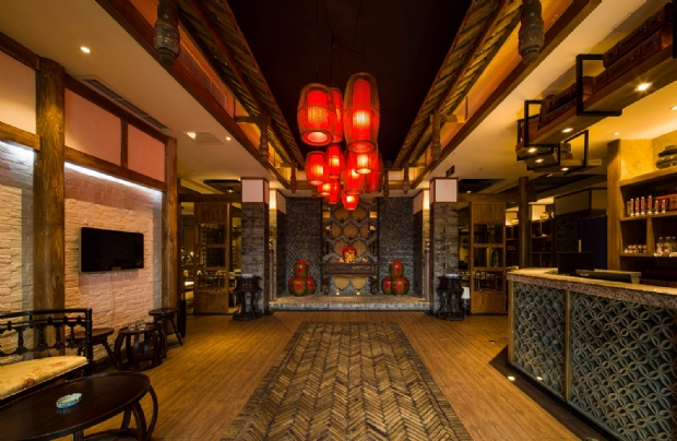 在国内,火锅店多以中式餐厅,有着深厚的中国传统韵味,像中国红就为许多餐厅所喜爱,那么在新东家设计看来,设计题如何大胆的运用中国红和其它色彩的搭配更为重要,例如以线与黑的搭配作为主色的火锅店。 就代表着中式火锅餐厅的布局和色彩体系。餐位靠近玻璃,更显得颇有情调,左边是房,中间有宽敞的走道,在色彩上和布局上很说明设计的合理 。很符合火锅店餐厅的中式设计。 当然对于一些更高档的火锅餐厅更加以金色,更能体现中国式的皇家风范,众所击知,在古代黄金色民间是不能用的,它属于皇亲贵族。